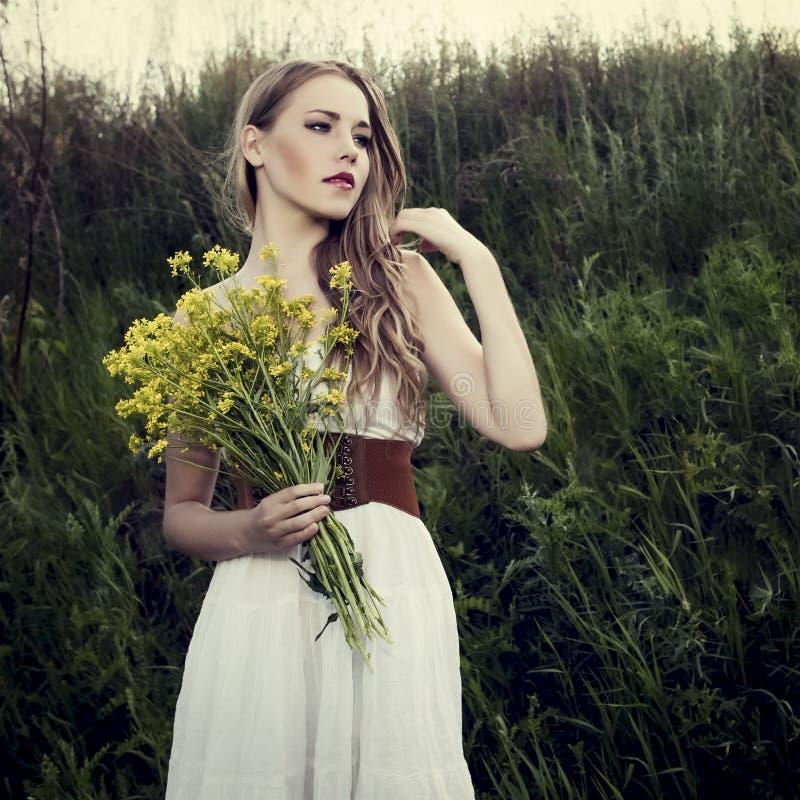 meisje in een wild bos royalty-vrije stock foto