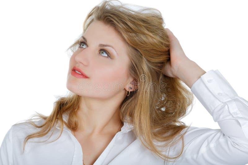 Meisje in een wit overhemd die omhoog eruit zien stock fotografie