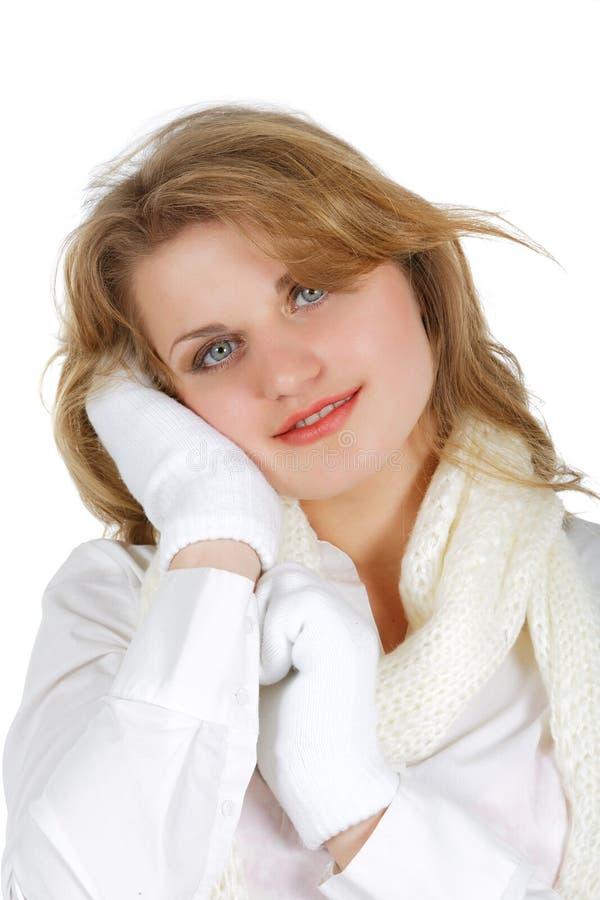 Meisje in een wit overhemd met sjaal en vuisthandschoenen stock afbeelding