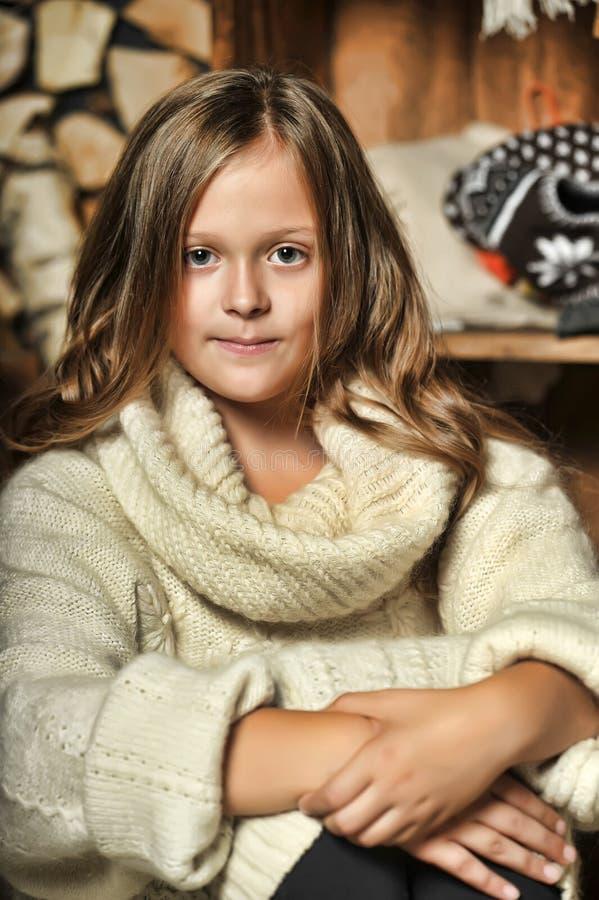 Meisje in een witte sweater stock afbeelding