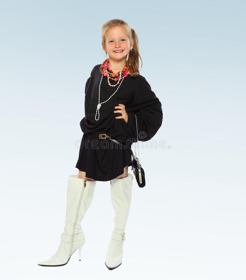 Meisje in een zwart kort kleding en hoog een wit royalty-vrije stock afbeelding