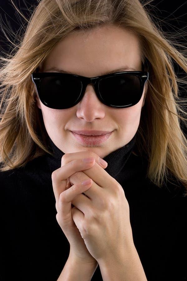 Meisje in een zwarte col met retro zonnebril royalty-vrije stock fotografie