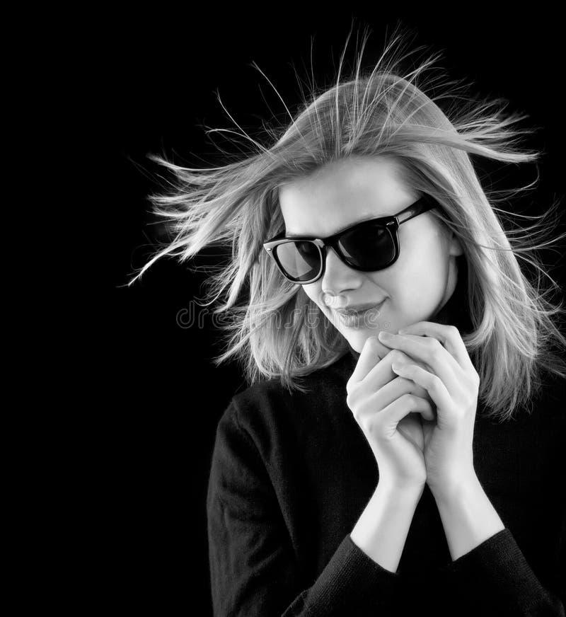 Meisje in een zwarte col met retro zonnebril royalty-vrije stock foto