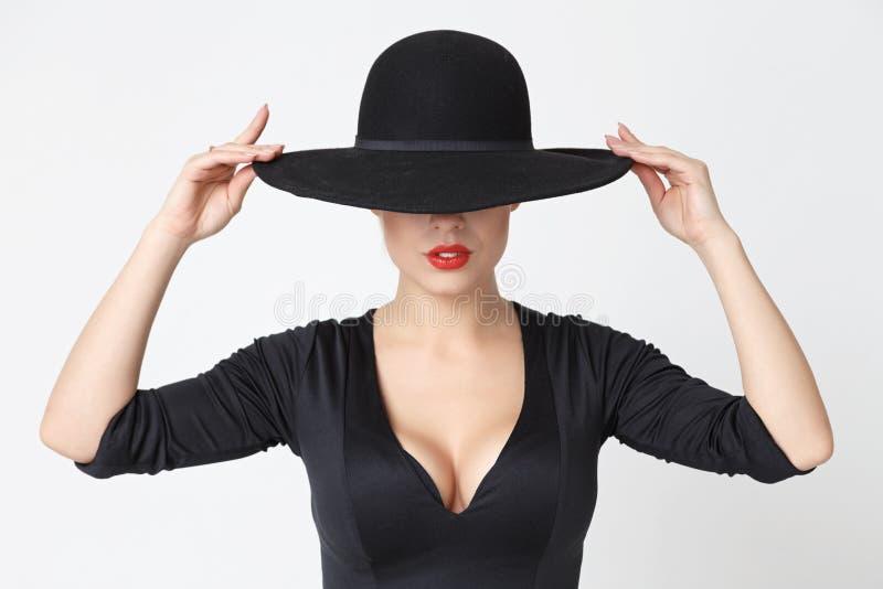 Meisje in een zwarte hoed stock afbeelding