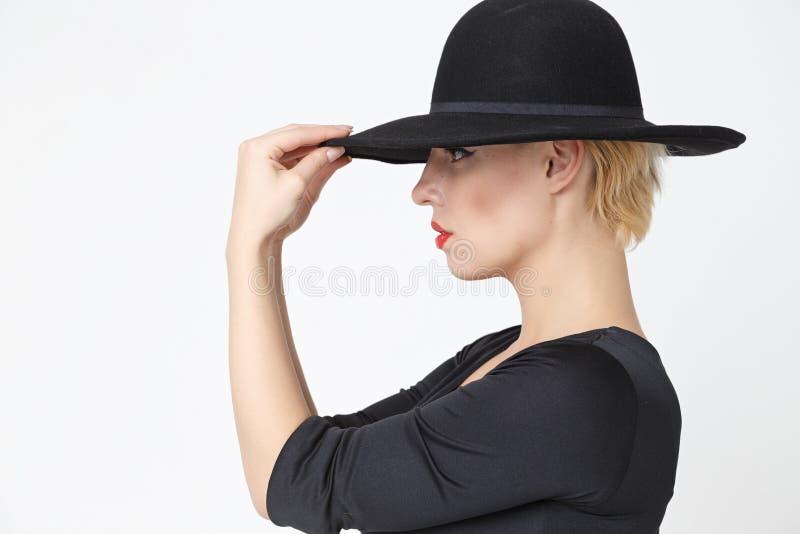 Meisje in een zwarte hoed stock fotografie