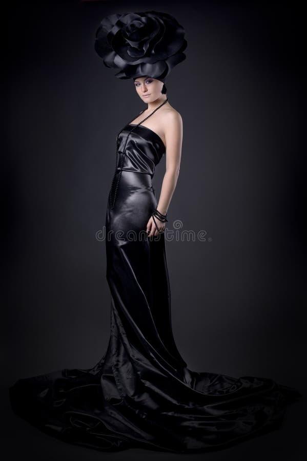 Meisje in een zwarte kleding royalty-vrije stock afbeeldingen