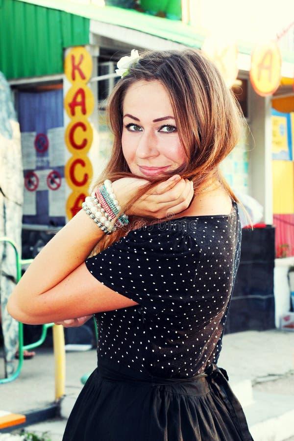 Meisje in een zwarte kleding stock afbeelding