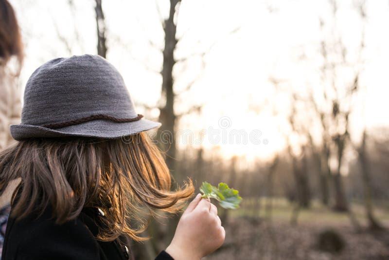 Meisje in een zwarte laag en een hoed stock afbeelding