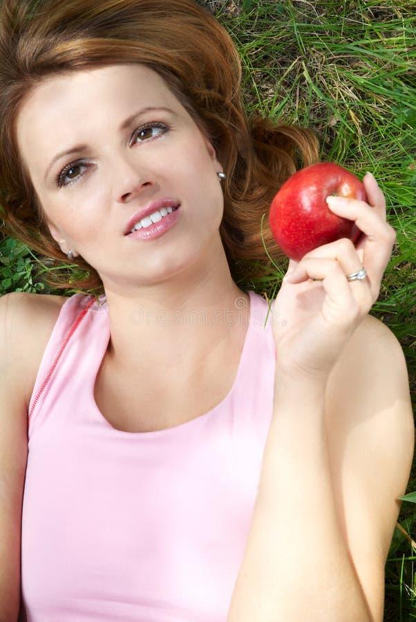 Meisje en appel stock afbeelding