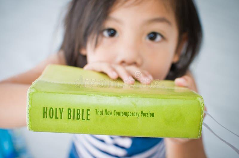 Meisje en Bijbel. stock afbeelding