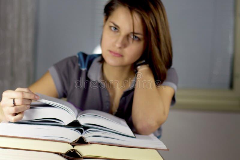 Meisje en boeken stock fotografie