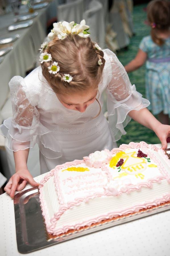 Meisje en cake stock fotografie