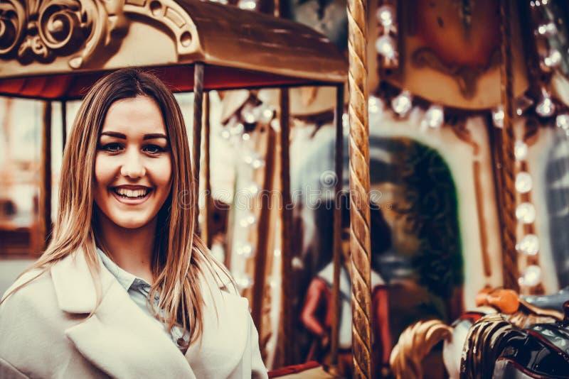Meisje en carrousel royalty-vrije stock afbeelding