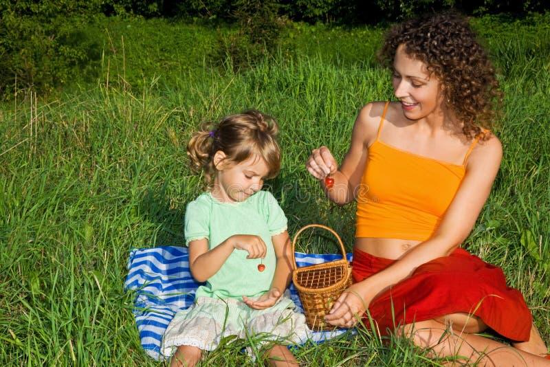 Meisje en de Jonge in hand zoete kersen van Vrouwen royalty-vrije stock fotografie