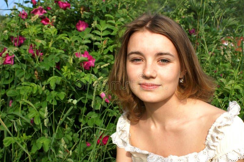 Meisje en dogrose royalty-vrije stock fotografie