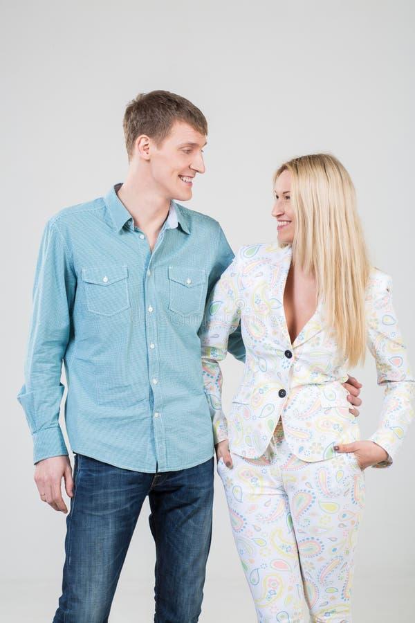 Meisje en een glimlachende jongen in een overhemd die elkaar bekijken stock fotografie