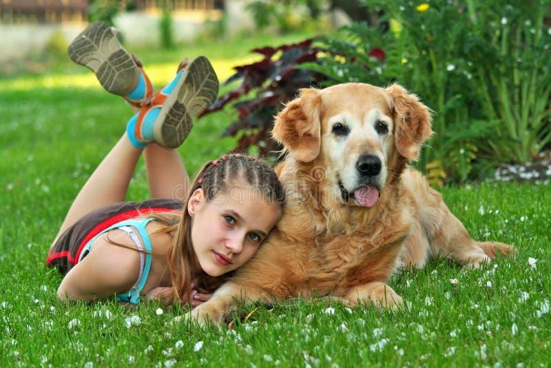 Meisje en een hond royalty-vrije stock foto