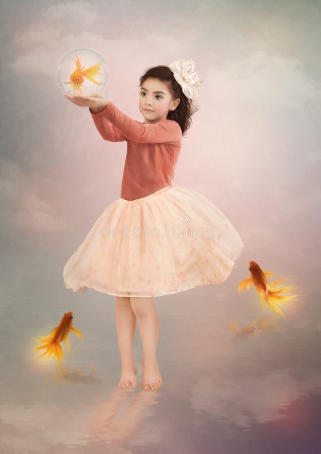 Meisje en goudvis stock afbeelding