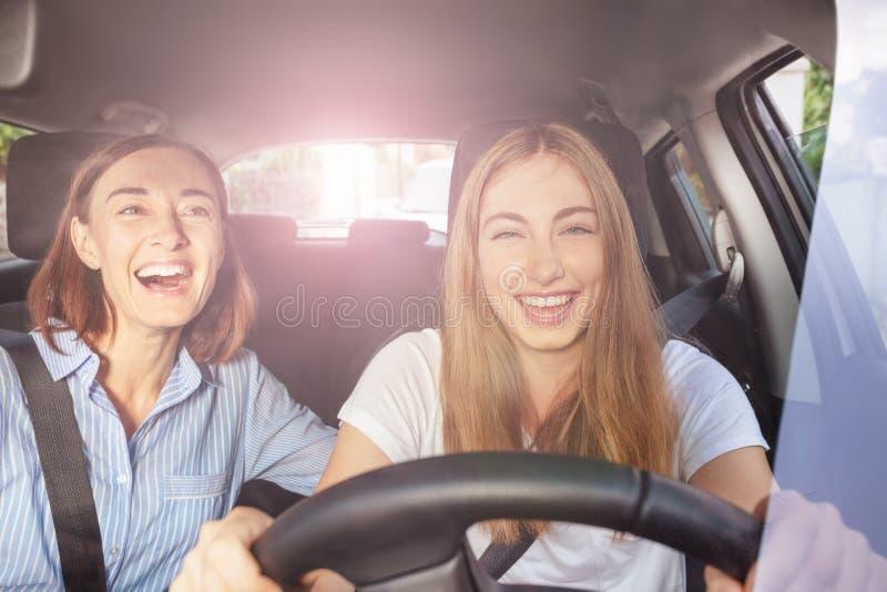 Meisje en haar moeder die pret hebben tijdens wegreis stock foto's
