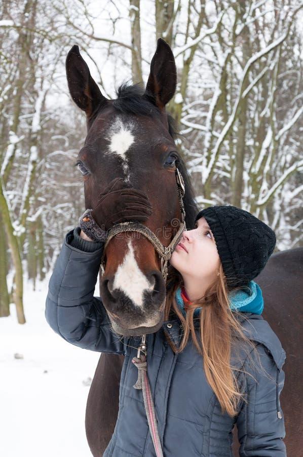 Meisje en haar paard royalty-vrije stock afbeeldingen