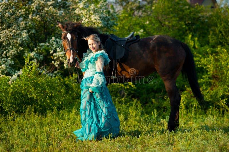 Meisje en haar paard royalty-vrije stock afbeelding