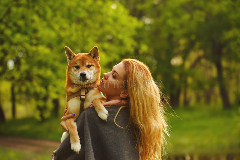 Meisje en hond de omhelzing van Shiba Inu royalty-vrije stock foto's