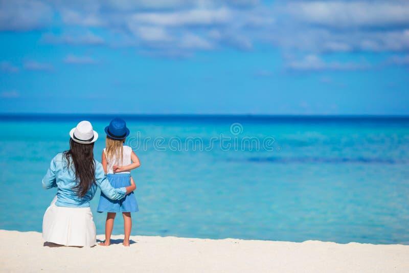 Meisje en jonge moeder tijdens strandvakantie royalty-vrije stock foto's