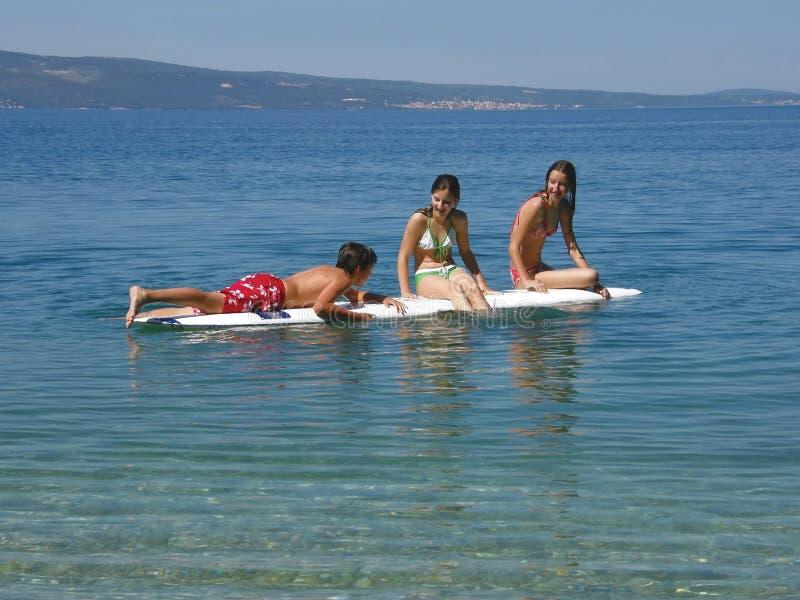 Meisje en jongen bij het surfen van bureau royalty-vrije stock afbeeldingen