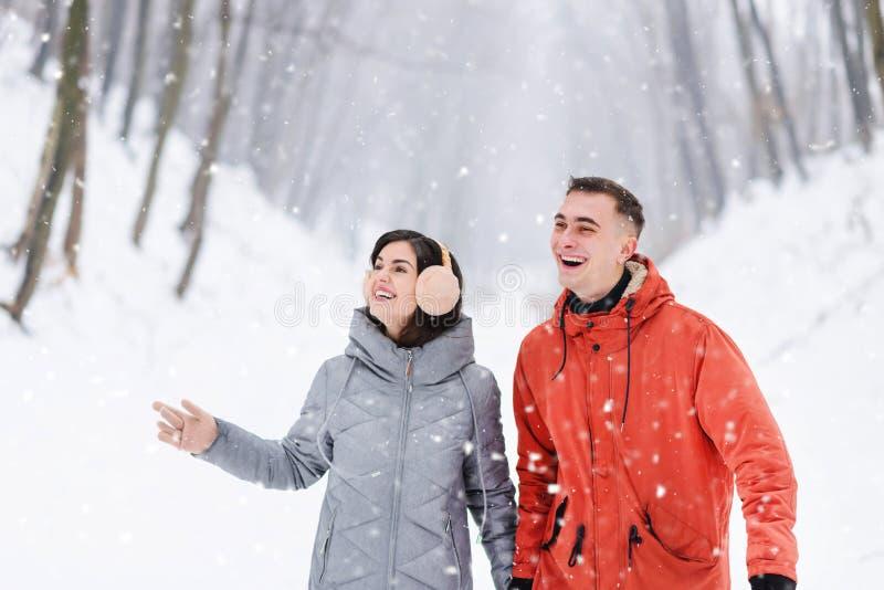 Meisje en Jongen die met Rugzakken in het de Winterbos lopen royalty-vrije stock foto's