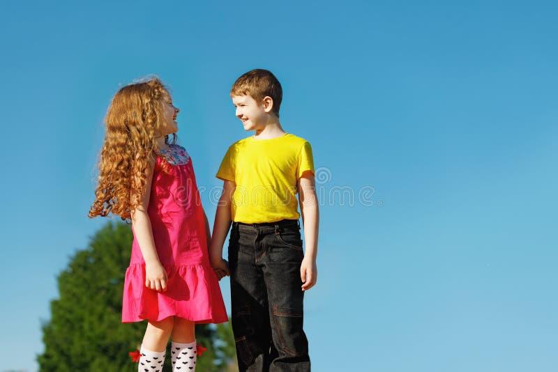 Meisje en jongen die zijn hand houden royalty-vrije stock foto's