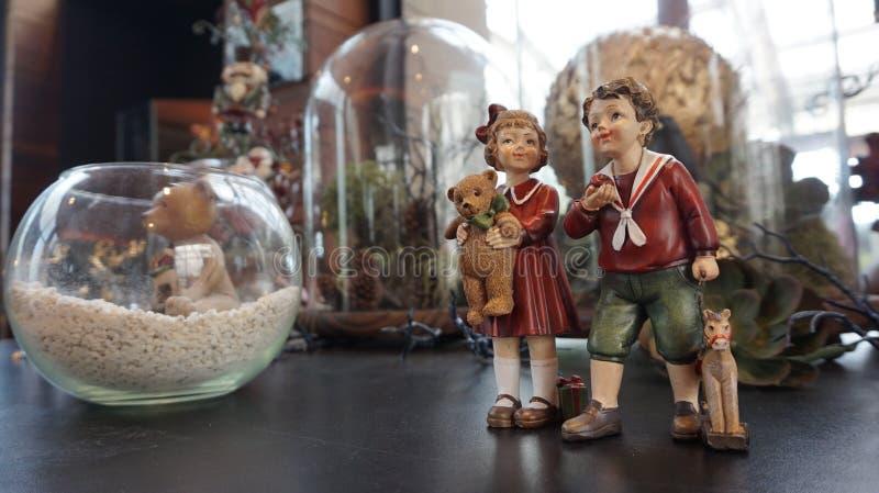 Meisje en jongensstuk speelgoed royalty-vrije stock foto's