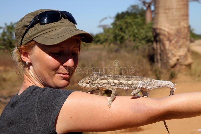 Meisje en kameleon royalty-vrije stock foto