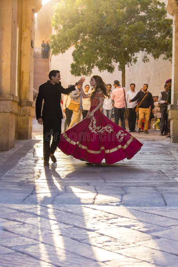Meisje en kereldansvolksdansen in het fort van Jodhpur bij zonsondergang, Rajasthan, India stock foto's