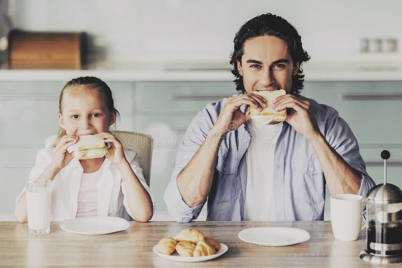 Meisje en Knappe Mens die Ontbijt hebben thuis royalty-vrije stock afbeeldingen