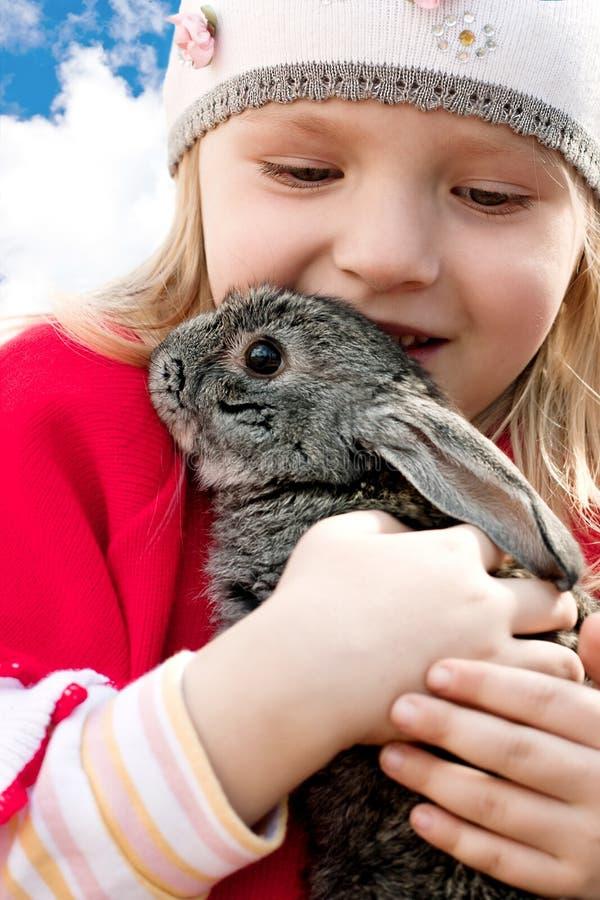 Meisje en konijn stock foto's
