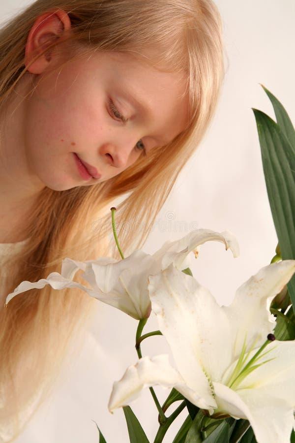 Meisje en lelies royalty-vrije stock foto's