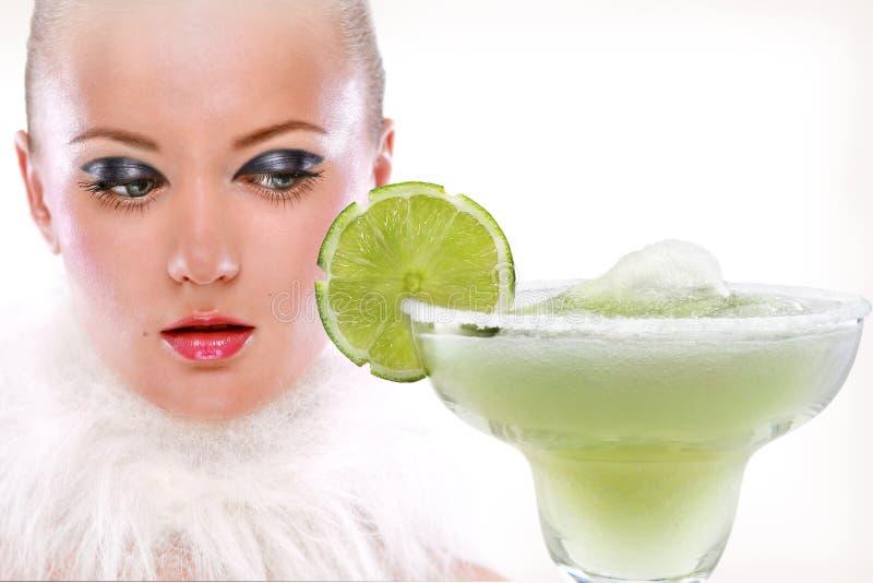 Meisje en Margaritas met kalk stock fotografie