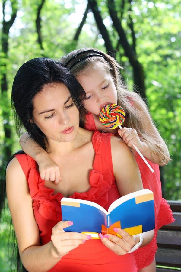 Meisje en moeder die het boek lezen. royalty-vrije stock fotografie