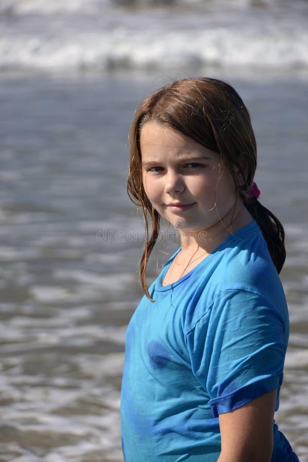 Meisje en oceaan stock foto
