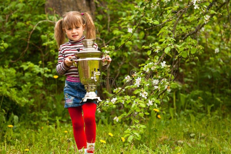 Meisje en Russische Samovar royalty-vrije stock foto's