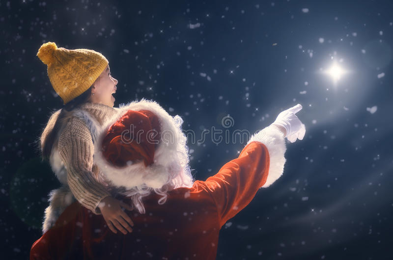 Meisje en Santa Claus die Kerstmisster bekijken royalty-vrije stock afbeelding