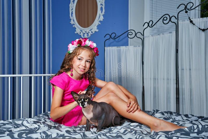 Meisje en sfinxkat royalty-vrije stock foto's