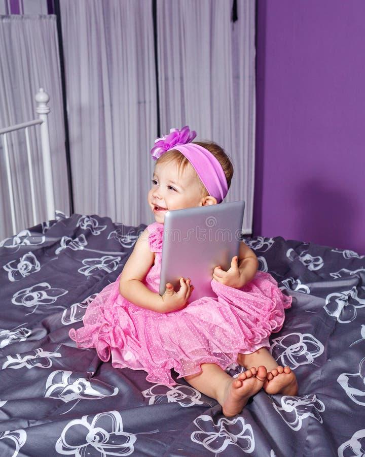 Meisje en tabletpc stock foto's