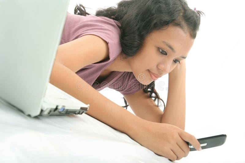Meisje en technologie stock afbeelding