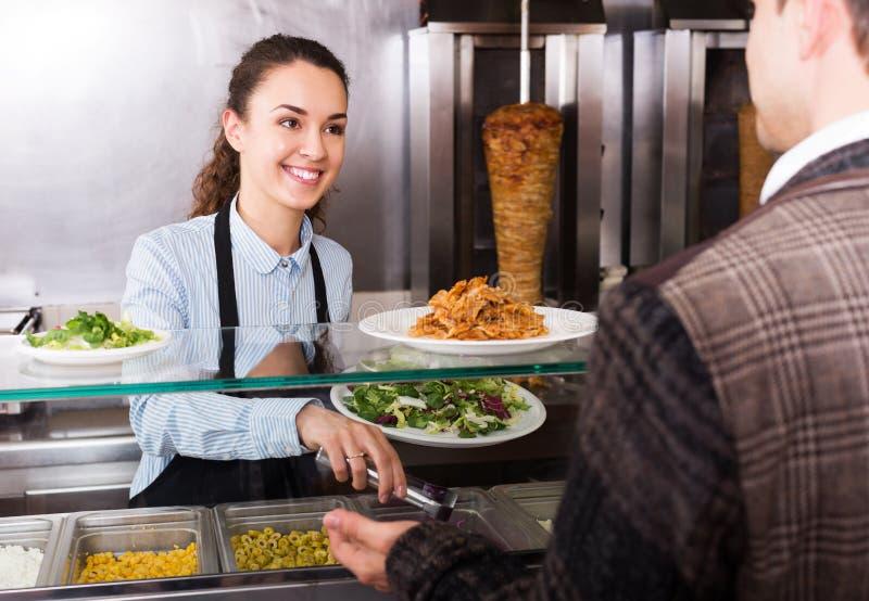 Meisje en tevreden klant het kopen kebab royalty-vrije stock afbeeldingen
