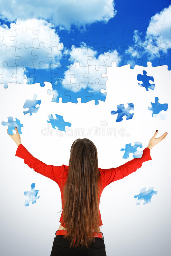 Meisje en vliegend raadsel van hemel stock afbeelding