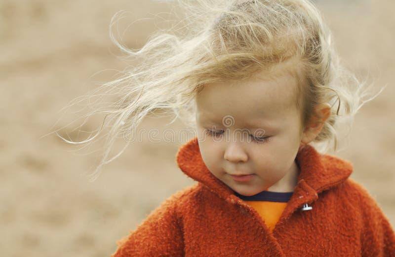 Meisje en wind stock afbeelding