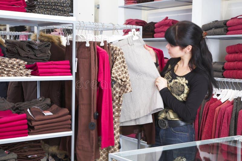 Meisje en winkel royalty-vrije stock afbeeldingen