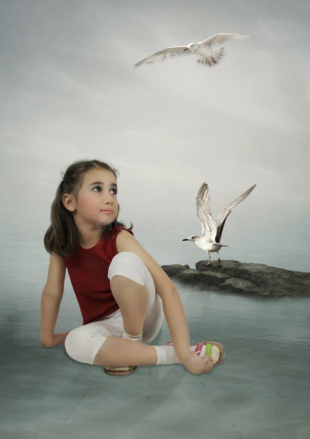 Meisje en witte zeemeeuwen stock foto