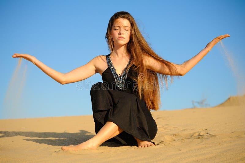 Meisje en zand royalty-vrije stock afbeelding